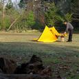 009-日向へ持って行き結露したテントを干すの図